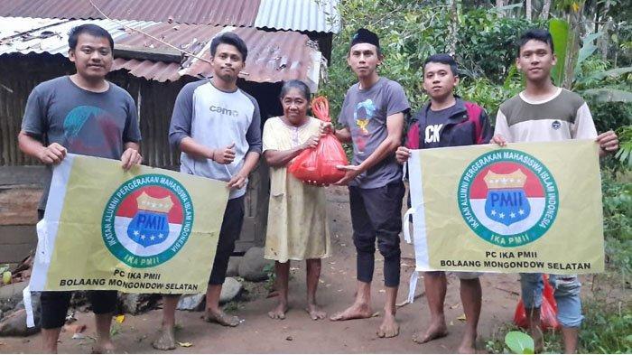 IKA PMII Bolsel Jalan Kaki Salurkan Bantuan ke Rumah Warga Terdampak Banjir