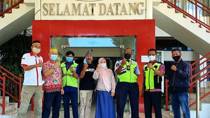 Pengurus KKSS Mapanget menyambut Jusuf Kalla saat tiba di Bandara Internasional Sam Ratulangi, Kota Manado, Sulawesi Utara, Selasa (25/5/2021) siang..