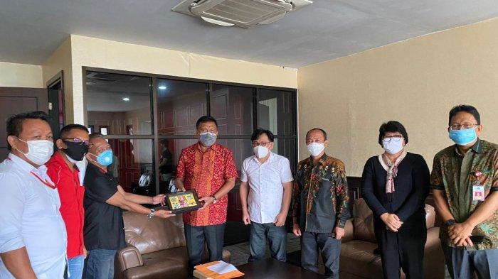 Pengurus PWI Sulut memberikan cenderamata berupa plakat dan kain batik kepada Gubernur Sulut, Olly Dondokambey sekaligus mengundang untuk menghadiri pelaksanaan Hari Pers Nasional yang berpusat di Provinsi DKI Jakarta dan diikuti daerah-daerah secara virtual