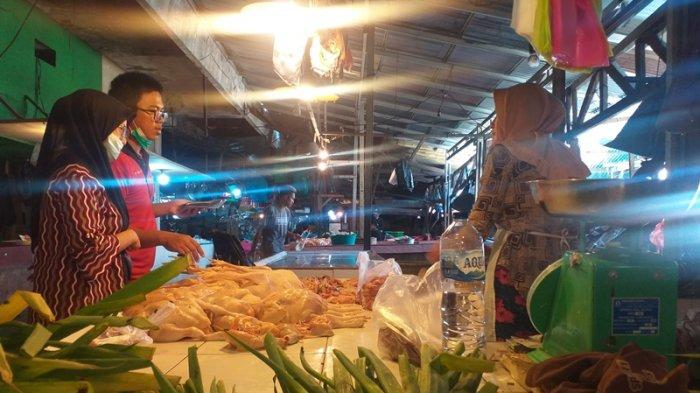 Penjualan daging ayam di Pasar Bersehati, Manado, Sulawesi Utara, Minggu (25/7/2021).