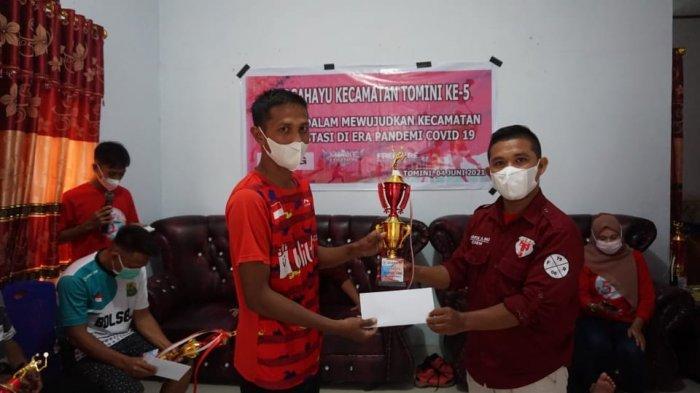 Abidin Patilma Serahkan Hadiah Pemenang Lomba HUT ke-5 Kecamatan Tomini Bolsel