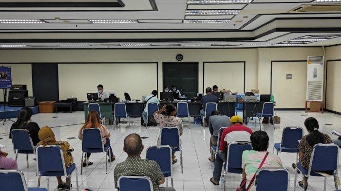 Penyaluran BPUM kepada penerima di kantor BRI Manado lantai tujuh, Selasa (20/04/2021).
