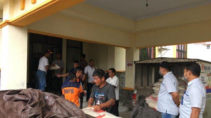 CSR Bulog Sulutgo, Serahkan 2,5 Ton Beras Premium untuk Korban Banjir dan Longsor Bolsel