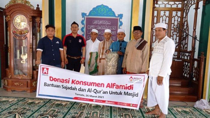 Jelang Ramadhan, Donasi Konsumen Alfamidi Saluran Sajadah dan Al Qur'an - penyaluran-donasi-konsumen-alfamidi-kepada-jemaah-masjid-al-islah-kalumpang-ternate.jpg