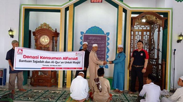 Jelang Ramadhan, Donasi Konsumen Alfamidi Saluran Sajadah dan Al Qur'an - penyaluran-donasi-konsumen-alfamidi-kepada-jemaah-masjid-al-islah-kalumpang-ternate4.jpg