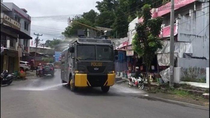 Polres Minsel Gunakan Kendaraan Taktis Semprotkan Disinfektan di Jalan Trans Sulawesi