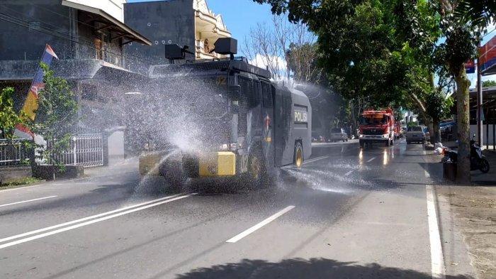 Penyemprotan disinfektan menggunakan water canon Polres Kotamobagu dan damkar, di seluruh ruas jalan Kota Kotamobagu, Sulawesi Utara