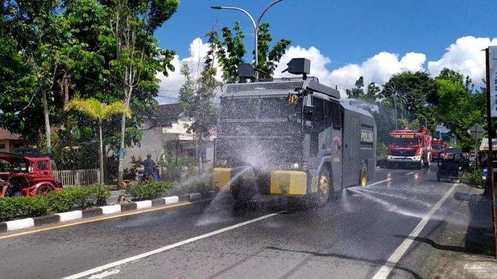 Polres Kotamobagu Semprot Jalan Dengan Disinfektan, Tekan Penyebaran Covid 19