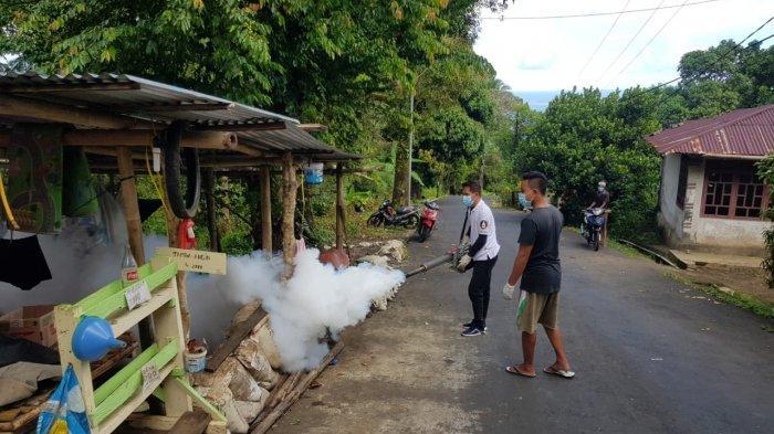 Penyemprotan insektisida yang dilakukan petugas Dinkes Sitaro di wilayah Tagulandang