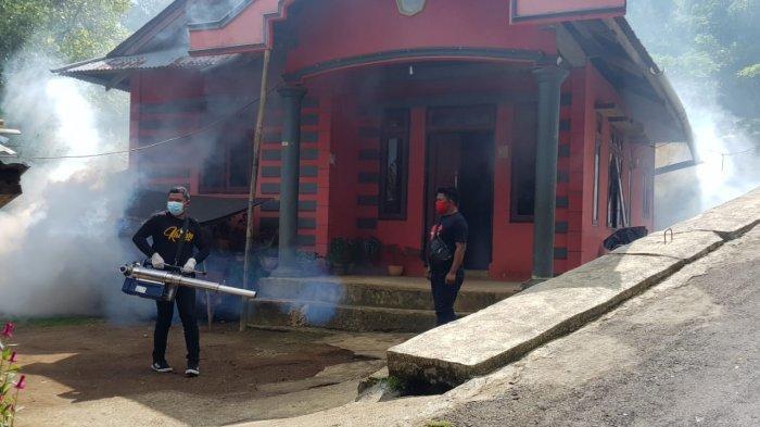 Penyemprotan insektisida yang dilakukan petugas Dinkes Sitaro di wilayah Tagulandang.