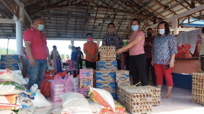 Penyerahan bantuan dari para dermawan kepada masyarakat korban kebakaran hebat di pasar tua Bitung. Diterima secara simbolis oleh Wakil walikota Bitung Hengky Honandar di posko terpadi di Taman Kesatuan Bangsa (TKB).