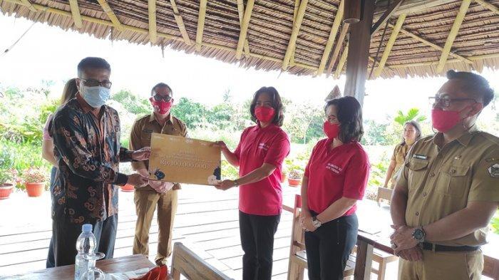 BRI Manado Kucur Rp 100 Juta untuk Kelompok Wanita Tani Pembudidaya Bunga di Tomohon