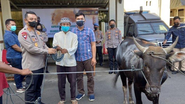 Kapolresta Manado Serahkan Hewan Kurban untuk Warga Sekitar dan Panti Asuhan: Wujud Keteladanan