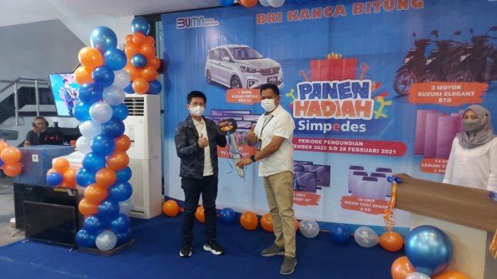 Penyerahan duplikat kunci mobil hadiah utama oleh Manager Pemasaran BRI Kanca Bitung Adrianus Denny Kalesaran ke Ketua Panitia James Mewengkang mewakili nasabah.
