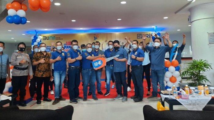 Penyerahan hadiah secara simbolis kepada pemenang hadiah utama Simpedes BRI Manado periode pertama Sept 2020 s/d Feb 2021 diwakili oleh kepala BRI unit karombasan.