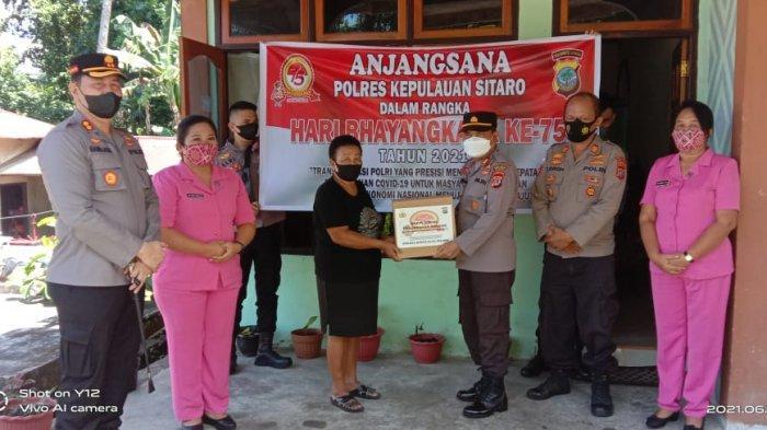 Penyerahan paket bansos oleh jajaran Polres Kepulauan Sitaro kepada para warakawuri.
