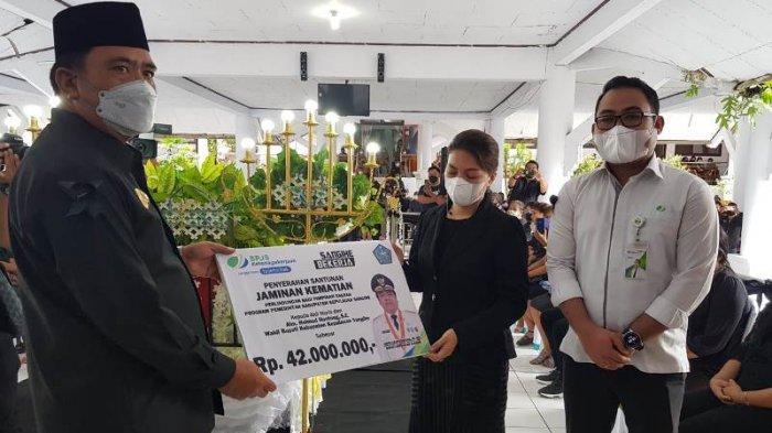 BPJamsostek Serahkan Santunan Kematian ke Ahli Waris Wabup Sangihe Helmud Hontong