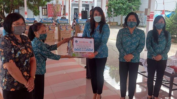 Kartika Kandouw Tanos Serahkan Ratusan Tempat Lauk di Bitung