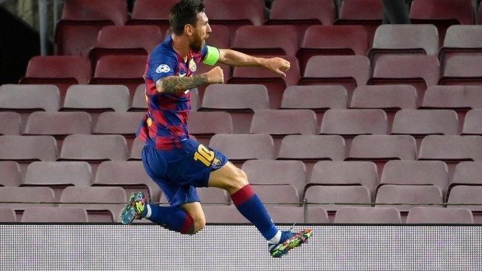 Penyerang Barcelona, Lionel Messi, melakukan selebrasi setelah mencetak gol pada pertandingan leg kedua babak 16 besar Liga Champions UEFA antara FC Barcelona dan Napoli di stadion Camp Nou di Barcelona pada 8 Agustus 2020.