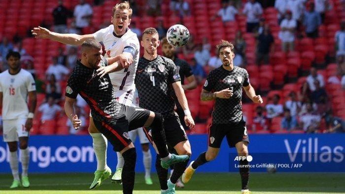 Penyerang Inggris Harry Kane mencoba melakukan sundulan saat pertandingan sepak bola Grup D UEFA EURO 2020 antara Inggris dan Kroasia di Stadion Wembley di London pada 13 Juni 2021.