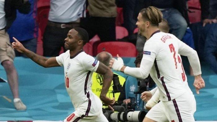 Penyerang Inggris, Raheem Sterling (kiri), berselebrasi setelah mencetak gol dalam laga babak 16 besar Euro 2020 antara Inggris vs Jerman di Stadion Wembley, Selasa (30/6/2021).