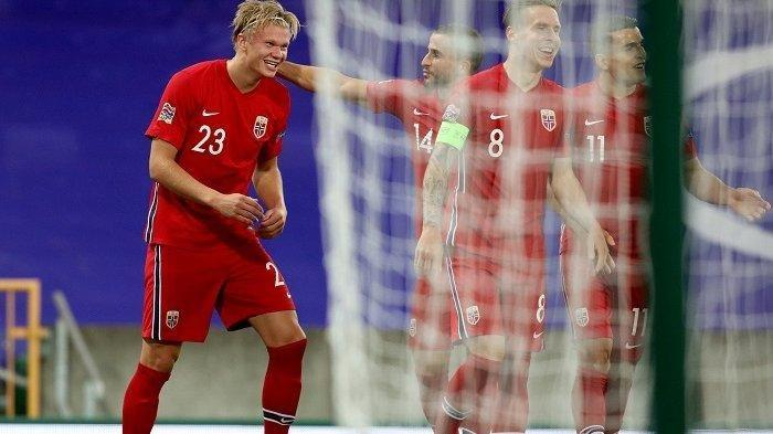 Penyerang Norwegia Erling Braut Haaland (kiri) merayakan gol kedua mereka dalam pertandingan sepak bola UEFA Nations League antara Irlandia Utara dan Norwegia di Windsor Park di Belfast pada 7 September 2020. Paul Faith / AFP