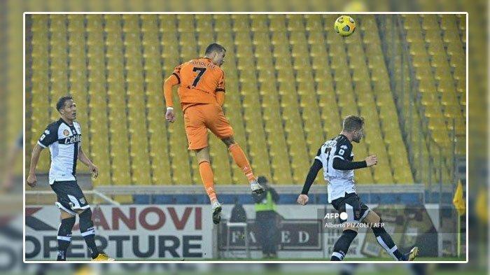 Penyerang Portugal dari Juventus Cristiano Ronaldo melompat untuk mencetak gol sundulan selama pertandingan sepak bola Serie A Italia Parma vs Juventus pada 19 Desember 2020 di stadion Ennio-Tardini di Parma. Alberto PIZZOLI / AFP