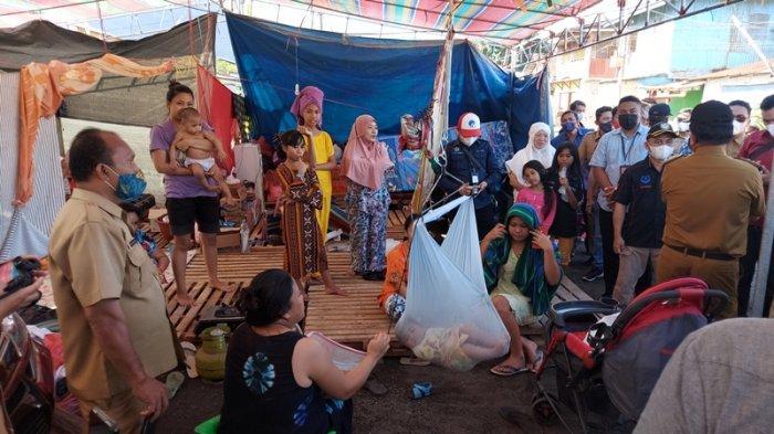 Penyintas kebakaran Pasar Tua yang menempati posko tenda pengungsian.