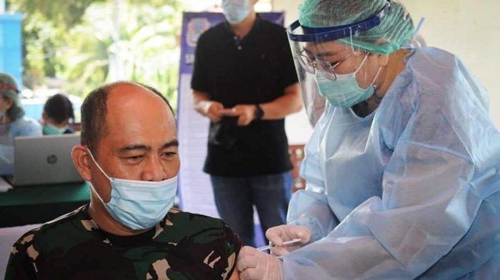 Saat penyuntikan vaksin kepada Dandim 1309/Manado Kolonel Infanteri Yohanes Reymond Raja Sulung Purba.