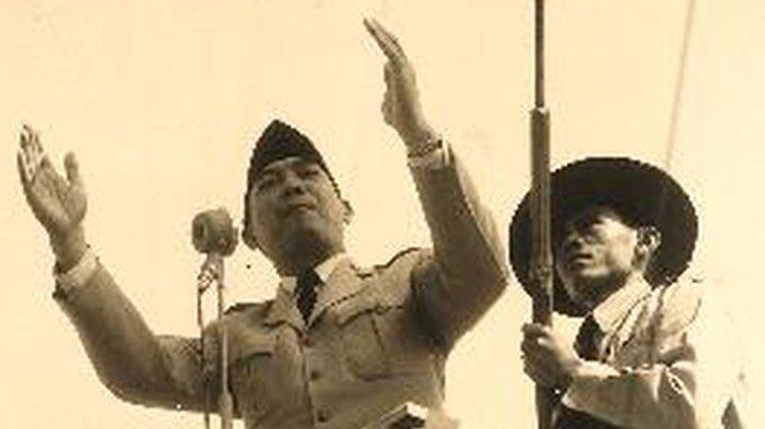 Soekarno saat berpidato di depan rakyat Indonesia.