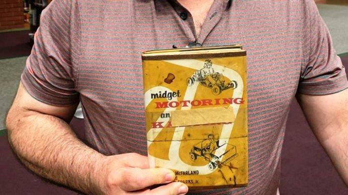 Tak Berhasil Rakit Kendaraan, Pria Ini Akhirnya Kembalikan Buku Perpustakaan setelah 45 Tahun