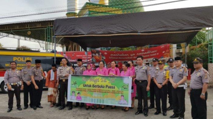 Personel Polres dan Bhayangkari Bagi-Bagi Takjil Gratis