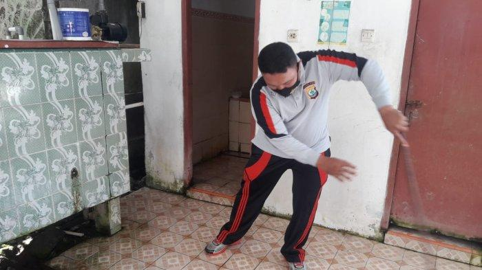 Personel Polsek Beo melakukan pembersihan masjid
