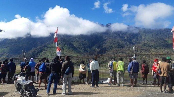 PESAWAT RIMBUN AIR JATUH - Suasana di Bandara Sugapa Kabupaten Intan Jaya, Papua, Rabu (14/9/2021) pagi. Proses evakuasi pesawat Rimbun Air masih berlangsung. Pesawat jatuh dan hancur. OPM dilaporkan menguasai lokasi jatuhnya pesawat.