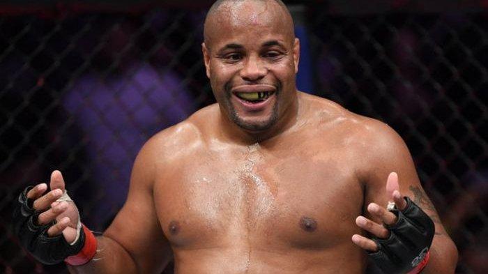 Ekspresi Daniel Cormier usai berhasil memenangkan laga utama UFC 230.