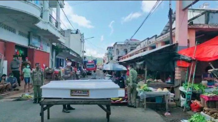 Polisi dan Satpol PP Arak Peti Mati ke Pasar 66 Tanggulandang