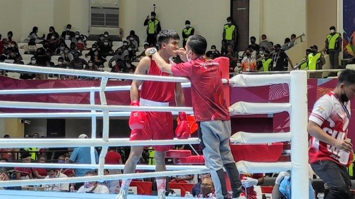 Petinju Sulut, Farrand 'Buyung' Papendang lolos ke semifinal kelas 64 kg setelah mengalahkan Topas Rianda (Riau) dalam laga di GOR Cendrawasi, Jayapura, Papua, Sabtu (09/10/2021).