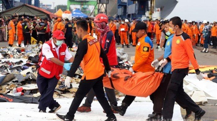 Petugas gabungan membawa kantong berisi puing pesawat Lion Air JT 610 yang jatuh di perairan Tanjung Karawang di Posko Evakuasi Pelabuhan Tanjung Priok, Jakarta, Rabu (31/10/2018). Memasuki hari ke-3 pencarian, petugas gabungan terus melakukan pencarian puing pesawat Lion Air JT 610 dan korban.