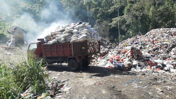 Petugas kebersihan saat membawa sampah di TPA Taratara.