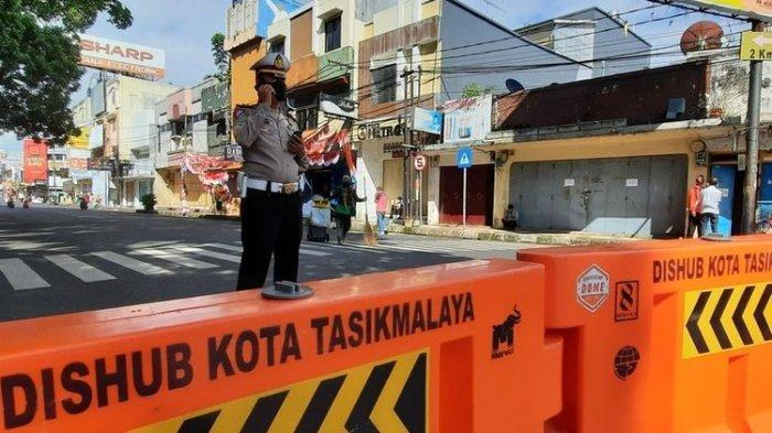 Petugas Kepolisian dan TNI menjaga penyekatan di Jalan HZ Mustofa Kota Tasimmalaya, saat PPKM Darurat diperpanjang sampai 25 Juli 2021, Rabu (21/7/2021).