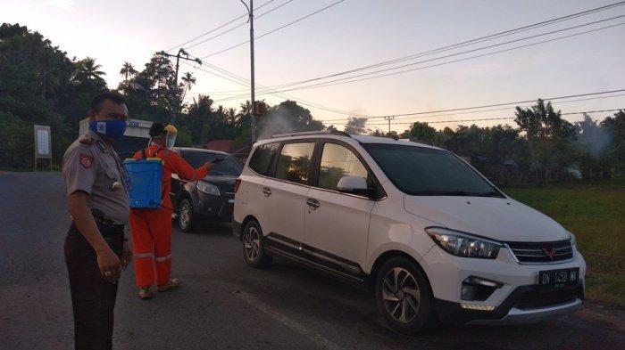 Petugas Dinkes Lakukan Penyemprotan Kendaraan Masuk Perbatasan Bolmut