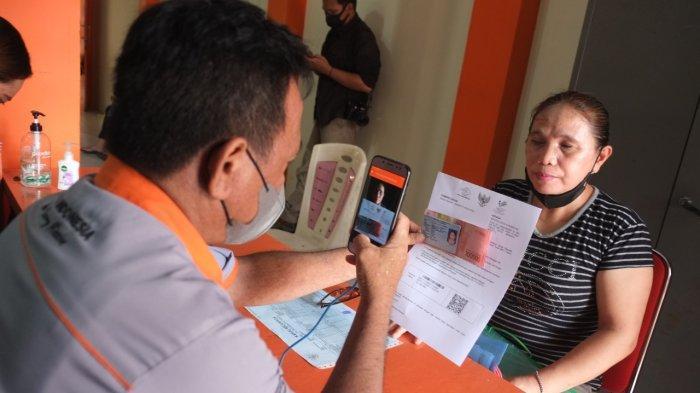 BERITA FOTO : Suasana saat Kantor Pos Manado Salurkan Bantuan Sosial Tunai
