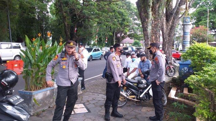 Petugas nampak tengah berjaga-jaga di sekitar Lapangan Sparta Tikala Manado, Sulawesi Utara, Senin (21/6/2021).