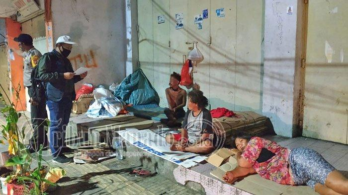 Petugas Sensus BPS mewawancara warga di emperan pertokoan Kawasan Pasar 45, Rabu (16/09/2020).