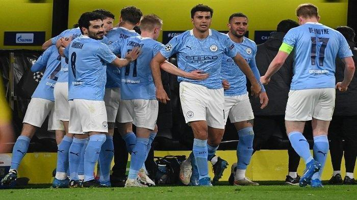 Gelandang Inggris Manchester City Phil Foden (tersembunyi) merayakan mencetak gol 1-2 dengan rekan satu timnya selama pertandingan sepak bola leg kedua perempat final Liga Champions UEFA antara BVB Borussia Dortmund dan Manchester City di Dortmund, Jerman barat, pada 14 April, 2021.