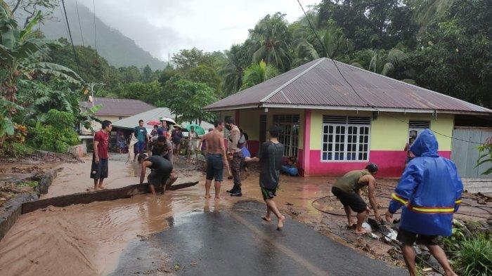 Siau Barat Diterjang Banjir Bandang, Pihak Kepolisian Bantu Warga Bersihkan Material Sisa Banjir