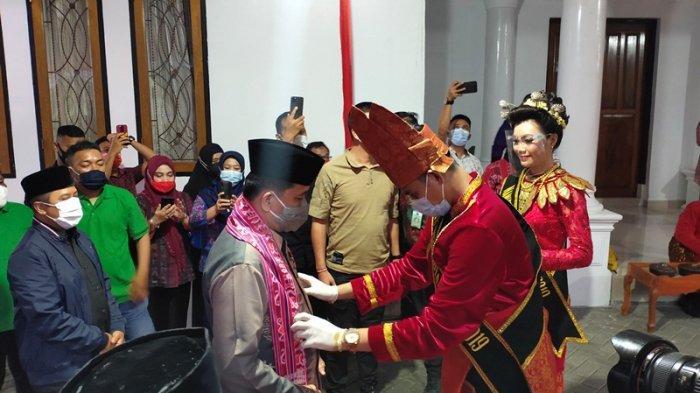 Pjs Gubernur Sulut Disambut Pakai Adat Bolmong di Kotamobagu