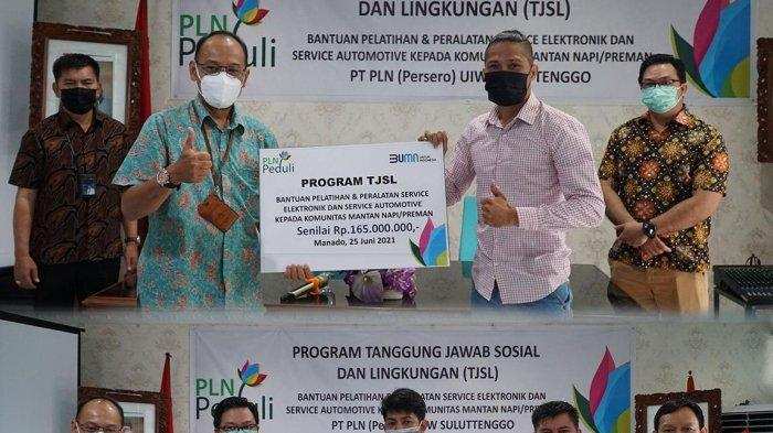PLN Suluttenggo memberi peralatan dan pelatihan bagi para mantan napi dan preman Kota Manado yang bergabung dalam Komunitas Lahir Baru, Jumat 25 Juni 2021.