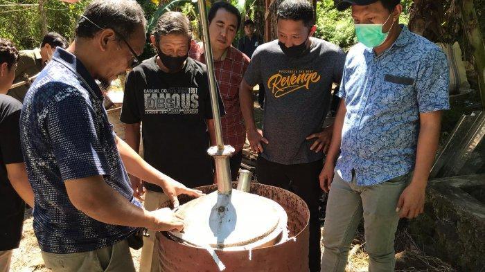 Polimdo Gelar PKM di Kabupaten Mitra, Ajarkan Cara Pengolaan Limbah Plastik hingga Beri Bantuan