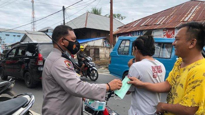 Cegah Virus Corona, Polisi Bagikan Masker di Pusat Keramaian